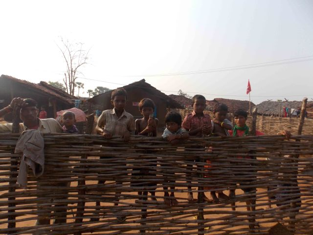 08.Children looking at bore set